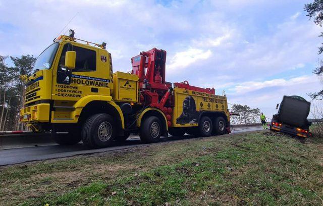 Wyciąganie ciężarówki do przewozu szamba przed mostem w Rogalinku fot. Pomoc Drogowa Kozłowski Rogalin