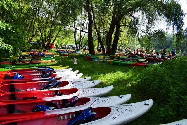 Kajaki przed spływem rzeką Wartą na przystani w Puszczykowie