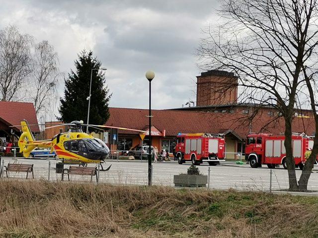 Helikopter Lotniczego Pogotowia Ratunkowego na targowisku w Mosinie