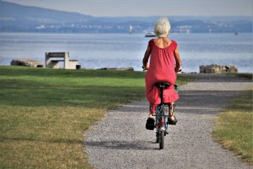 Senior na rowerze