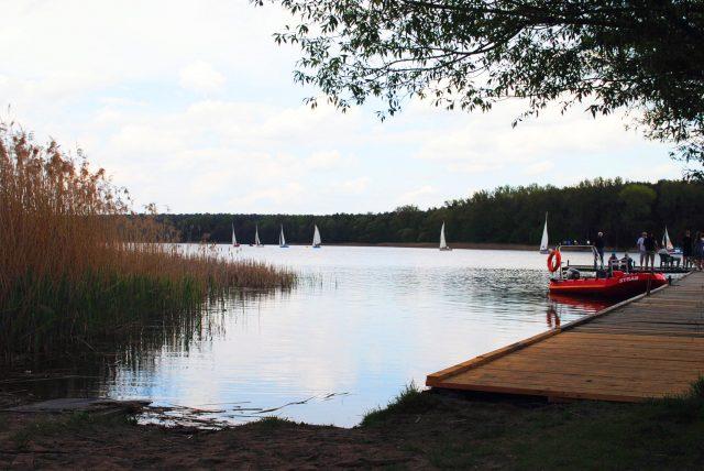 Regaty i przystań żeglarska na jeziorze Dymaczewskim