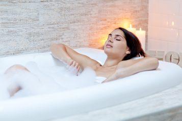 Kobieta kąpiąca się w wannie