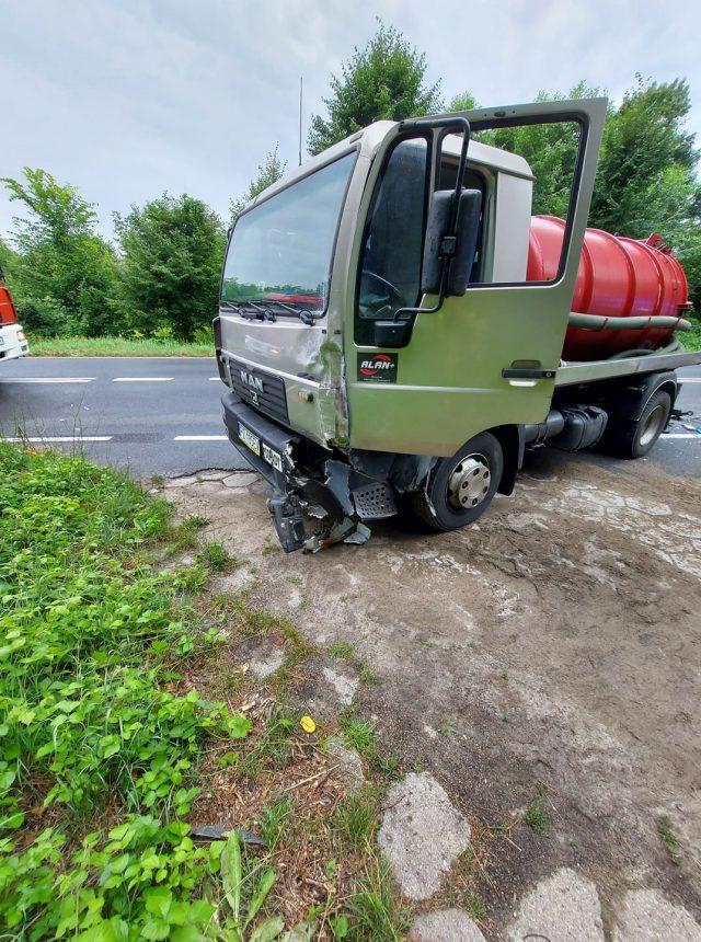 Wypadek busa z szambiarką na trasie Mosina - Luboń