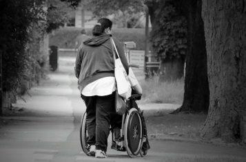 Opieka nad seniorem - spacer w parku