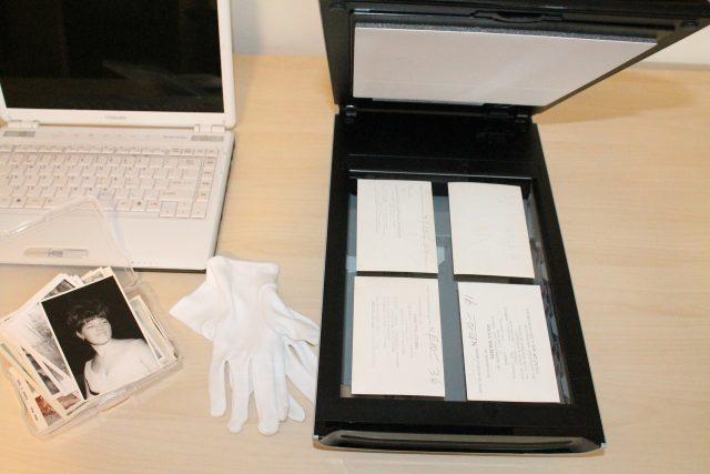 Skaner i laptop na biurku