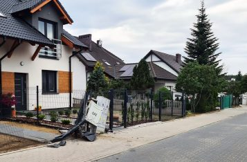 Uszkodzone skrzynki gazowe i elektryczne na ul. Chopina w Mosinie