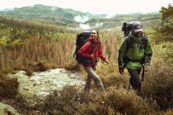 turyści w górach jesienną porą