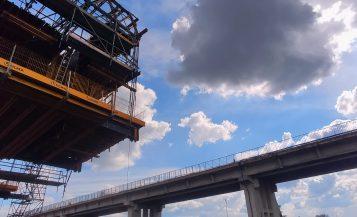 Budowa nowego mostu w Rogalinku (w tle stary most)