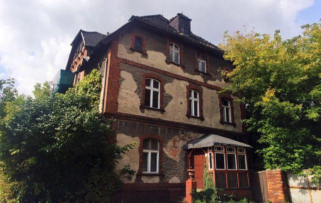 Opuszczony budynek mieszkalny przy ulicy Kolejowej 13 w Mosinie