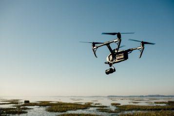 Dron nad jeziorem