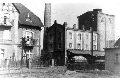 Budynek mieszkalny i młyn to obecnie obiekty historyczne ujęte w zasobie nieruchomości Skarbu Państwa (zdjęcie archiwalne)